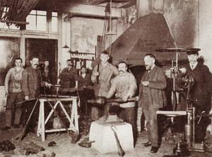 Grofsmederij van de Amsterdamse stadsuurwerkmaker J.H. Addicks, ca.1900