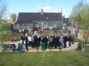 Optreden van het koor Opus55 in de kralentuin naast het uurwerkmuseum